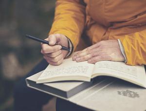 writer writing catchy blog titles